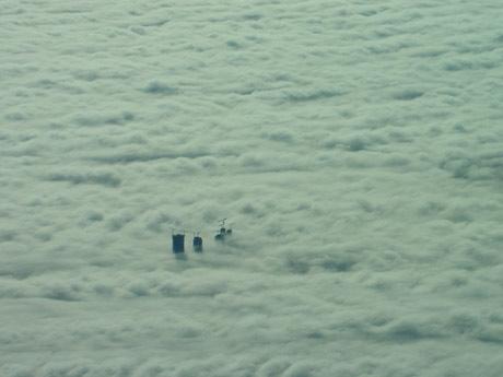 rascacielos avion niebla