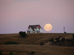 big ole house and big ole moon [Gladstone, Wairarapa, NZ] (Brenda Anderson) Tags: pink newzealand moon house fullmoon hills hillside pinksky wairarapa curiouskiwi imagekind brendaanderson printapr07 utata:project=upfaves ourspacenz curiouskiwi:posted=2007