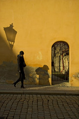 Mala Strana (Pensiero) Tags: door orange woman hat wall walking bravo gate shadows prague been1of100 praha praga portfolio thewall streelamp ilmuro winnerflickrsweekly50contest artlibre world100f fotoleggendo2008fotocolture selexb seledn cab2012