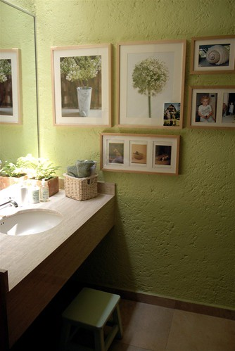 peek into green guest-bathroom filled with light por moline (up again, enjoying autumn).