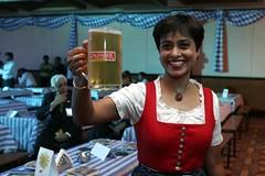 Das Oktoberfest in Bangalore (Stuart-Forster) Tags: rot beer glass germany bayern bangalore it oktoberfest cheers booze bier blau mass karnataka prost indien krug dirndl bierfest inderin idcc zumwohl tajgatewayhotel indodeutsch stuartforster wwwwhyeyephotographycom
