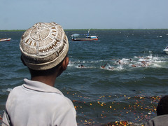 The Swimming Race IV (rogiro) Tags: africa boy boys water race swimming swim kenya watch fast lamu kufi horziont
