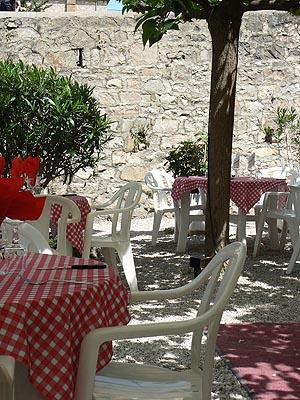 tables à l'ombre des mûriers.jpg