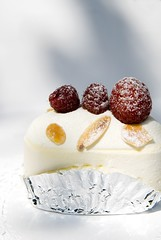 Everest (silverlily) Tags: food white cake japan breakfast dessert tokyo ginza nikon sweet cream almonds raspberry sponge everest sugino 1755mm hidemi d80 hidemisugino