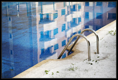 Un baito? (DavidGorgojo) Tags: blue snow cold reflection building pool azul stair nieve edificio piscina escalera reflejo frio 100club 50club