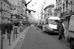 (Hughes Léglise-Bataille) Tags: blackandwhite bw paris france birds fun nikon noiretblanc pigeons attack streetphoto d200 nocrop 2007