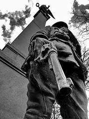 War Memorial (Roger B.) Tags: statue bronze soldier memorial war gun pistol westonpark zd 1122mm