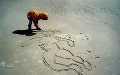 Ach, wie ist der Menschen Liebe (amras_de) Tags: summer beach angel strand analog children island sand child drawing sommer kinder insel kind engel friesland schleswigholstein zeichnung amrum competence nordfriesland fertigkeit