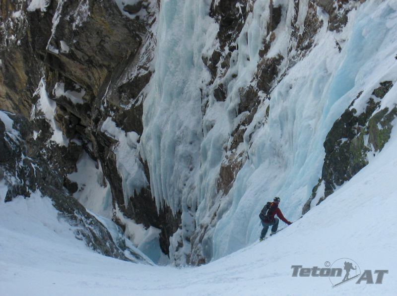 Randosteve skis towards the narrows in Apocalypse Couloir