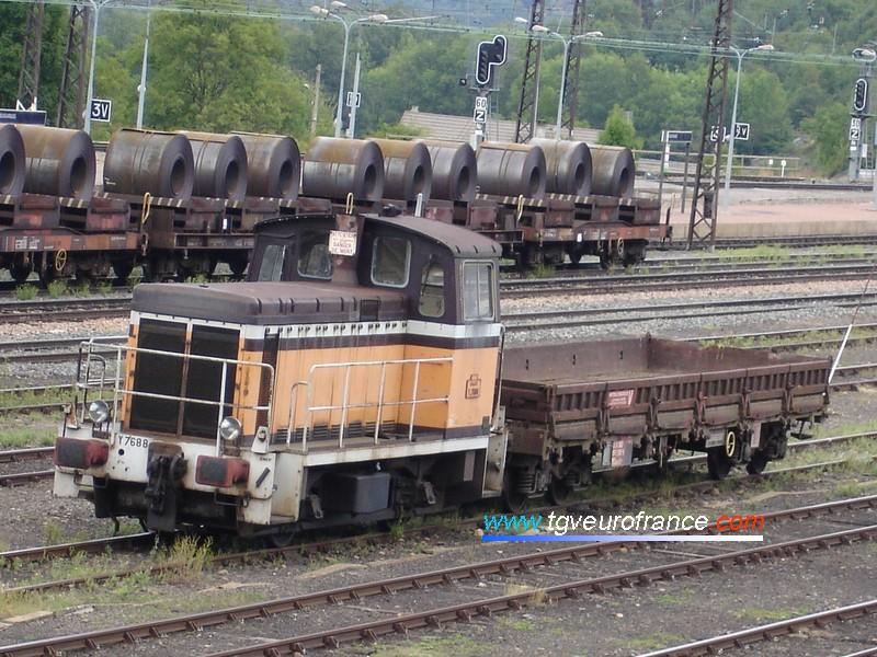 Un Y7400 (le Y 7688 du dépôt de Nevers) photographié le 18 août 2005 en gare de Neussargues (Cantal)