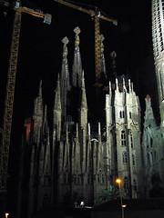 Sagrada Familia de noche (pasaro) Tags: barcelona noche nightshot catalonia gaudi gaud catalunya sagradafamilia construccin coolest catalua urbanlandscape claroscuro paisajeurbano iluminacin barcelonanocturna