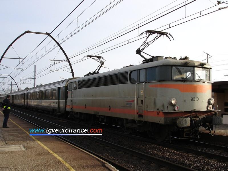 Une locomotive BB9300 en tête d'un TER Corail Aquitaine Bordeaux-Irun en gare d'Ychoux