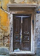 Puerta al pasado - Door to the past [Zadar (3) - Croatia] (Paco CT) Tags: door travel viaje tourism puerta croatia olympus zadar turismo croacia 2007 e500 blueribbonwinner pacoct