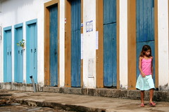 Sete portas e uma menina (L. Felipe Castro) Tags: city cidade brazil vacation copyright cup rio brasil riodejaneiro paraty architecture photo doors foto photographer rj colonial picture parati historic host destination olympic fotografo portas wold 2014 2016 reservado historico riodejaneirostate luizcastro luizfelipecastro luizfelipedasilvadecastro duetos 2007trip