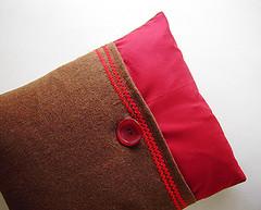 almofada (juliana pinto da costa) Tags: red brown castanho vermelho pillow boto handcrafted almofada julianapintodacosta