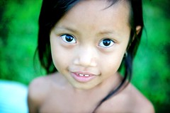 diving (phitar) Tags: topf25 girl eyes topf50 cambodge cambodia top20childportrait 2006 phnompenh phitar top20childhallfame photophilosophy 1000v40f