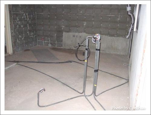 主臥門邊隔間櫃的電源