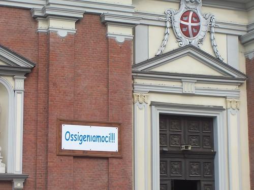 """Scritta """"Ossigeniamoci"""" fuori da una Chiesa"""