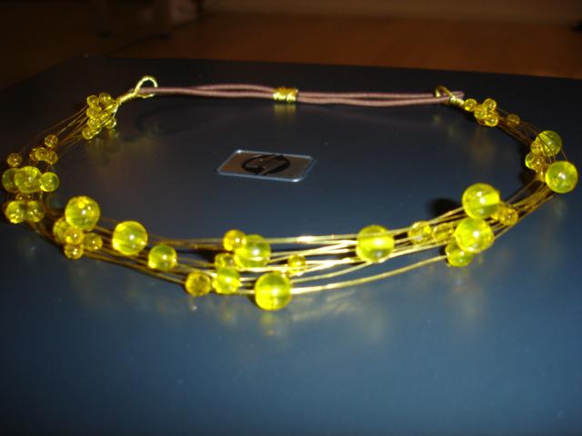 Kollaste helmestega peavõru