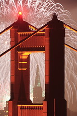 Pyrotechnic (vonvonvon) Tags: sanfrancisco california night golden gate san francisco long exposure pyramid fireworks kaboom goldengatebridge goldengate transamerica 2007 kfog