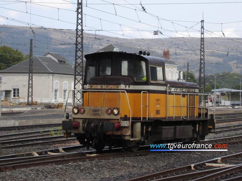 Un locotracteur Y8000 effectuant des manœuvres en gare de Neussargues (Cantal)