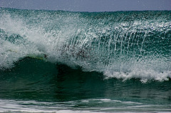 Onda [Wave] (Jim Skea) Tags: brazil verde green water gua brasil surf deleteme10 surfer wave surfing nikond50 fernandodenoronha wowza onda surfe surfista jimsk praiadaconceio twtme sigma70300mmf456dgmacro duetos 20070401