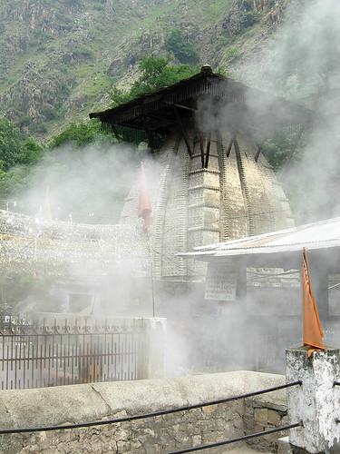 018_Ram Mandir at Manikaran, hot water springs in front