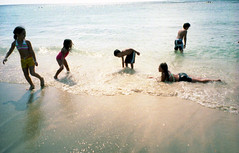 little beach lovers... (gochie*) Tags: film beach analog children hawaii meetup peaceful natura  fujifilm honolulu lovely february  iso1600    naturaclassica