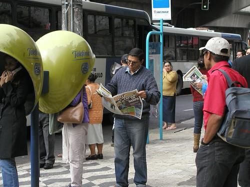 Leitores em frente à sa�da do metrê Santana lendo edição 10/ 11 de maio.