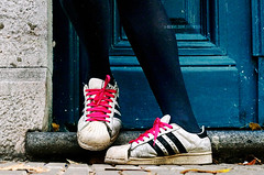 Esperando a Camila / Waiting for Camila (Nicolas Zonvi) Tags: pink argentina buenosaires bravo shoes waiting palermo soe laces lau canonef50mmf18ii diamondclassphotographer esperandoacamila nicolaszonvi