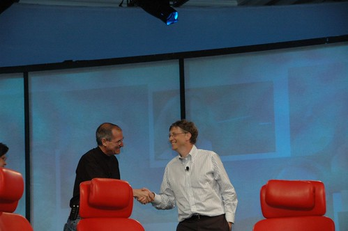 Steve Jobs y Bill Gates estrechando manos