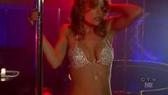 Nikki muy sexy haciendo la barra en un club de strip tease