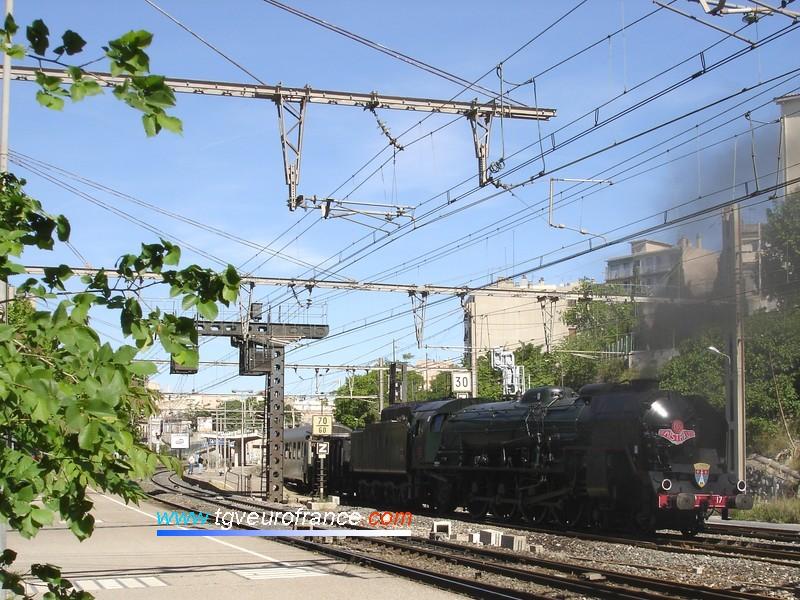 La locomotive à vapeur file vers Marseille Saint-Charles