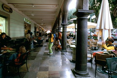 puebla el arco (Xuan Che) Tags: street city travel winter film architecture square mexico colonial january slide scan m42 fujifilm column 20mm puebla mir zocalo 2007 worldheritage 100f velviarvp verlvia voigtlanderbessaflex 3520mm