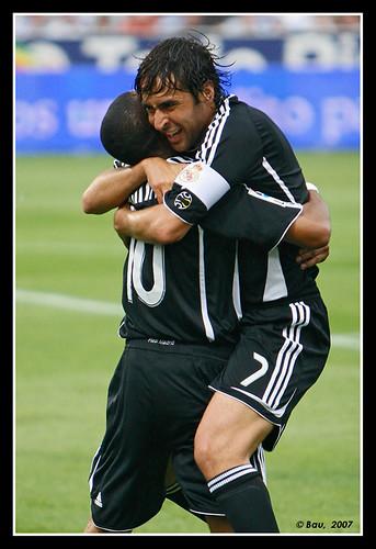 Raúl celebra el primer gol