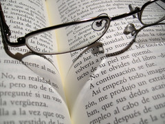 Mis gafas nuevas/My new glasses. (Yoajenjo) Tags: beauty reading glasses book leer libro gafas brille texto llibre buc straightfromcamera leses superhearts onlythebestare
