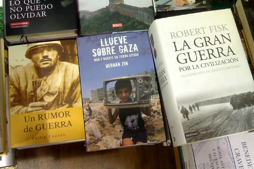 Lluvia sobre Gaza (Hernán Zin) en la Casa del Libro, compartiendo estantería con Fisk