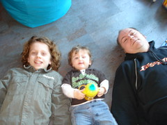 Familie over de vloer (knoorvanwijngaarden) Tags: papa noor broertom