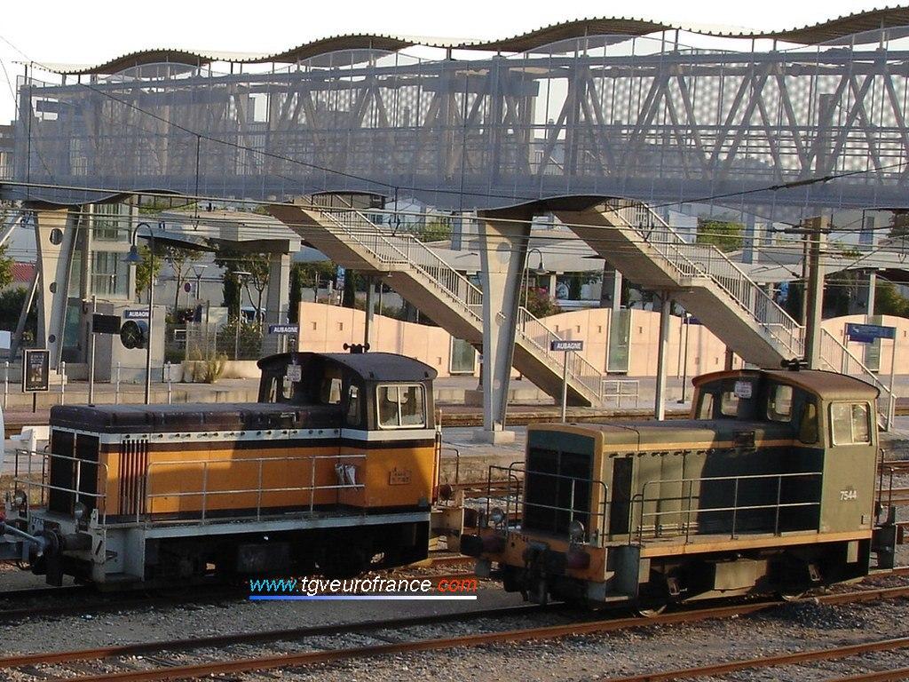 Deux locotracteurs Y 7400 arborant deux livrées différentes