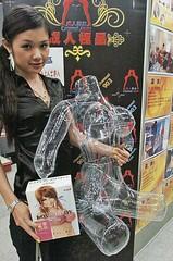 香港性文化節的室內展覽展示多項性用品,圖為吹氣女性胴體。