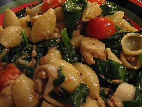 Pasta shells w/Italian tuna, spinach, tomato & hearts of palm