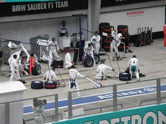 29.BMW Sauber車隊的Pit Crew準備迎接賽車進Pit