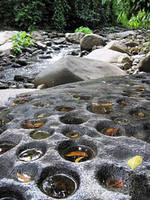 Esta piedra con huecos es considerada como un arte rupestre