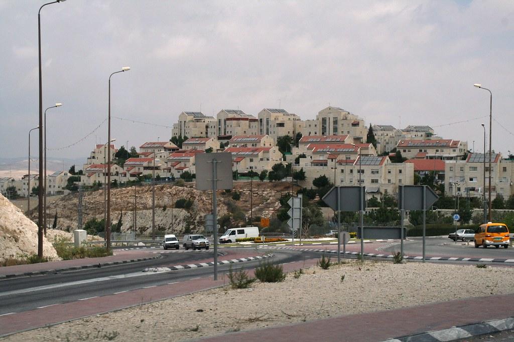 Maale Adumim, in der unmittelbaren Umgebung von Jerusalem, ist Israels drittgrößte Siedlung mit ca. 30.000 Einwohnern. Sie wurde 1975 gegründet und gilt für viele als illegal.