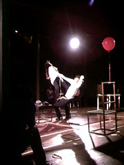 con su Alterego (La Pluma) Tags: red man color art teatro fight women theater arte venezuela ballon caracas alterego obra lucha globo rajatabla