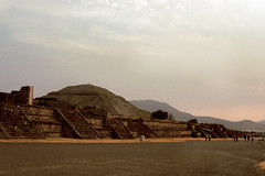 teotihuacan - calzada de los muertos (Xuan Che) Tags: city travel winter sunset history film archaeology architecture mexico temple ancient ruins december pyramid teotihuacan slide 2006 scan m42 fujifilm 20mm mir worldheritage prehispanic 100f 37mm avenueofthedead velviarvp pyramidedelsol calzadadelosmuertos voigtlanderbessaflex 2837mm