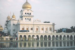 Gurudwara Bangla Sahib - New Delhi -  (sftrajan) Tags: india sikh gurdwara gurudwara sikhism newdelhi nct nikonem   gurudwarabanglasahib march2007