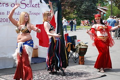 An Oasis between mile 5 and mile 6. (Tex Texin) Tags: sisters race washington dance costume spokane dancing bbw dancer east belly bellydance middle 2007 troupe bloomsday muffintop selket sistersofselket