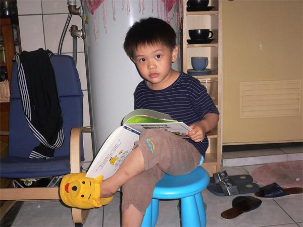 閱讀中的小齊尹