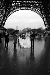 Les maris de la tour Eiffel (Hughes Lglise-Bataille) Tags: wedding blackandwhite bw paris france tower topf25 rain bride topf50 nikon noiretblanc marriage eiffel streetphoto d200 nocrop 2007 marie topv1000
